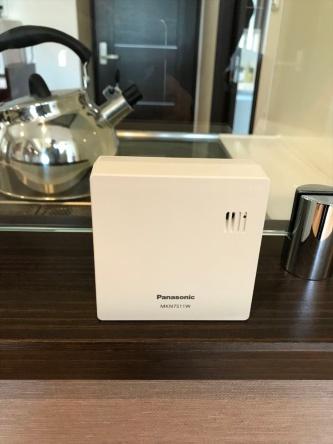 キッチンに設置した環境センサー。室温を計測して、エアコンの運転を制御する(写真:日経 xTECH)
