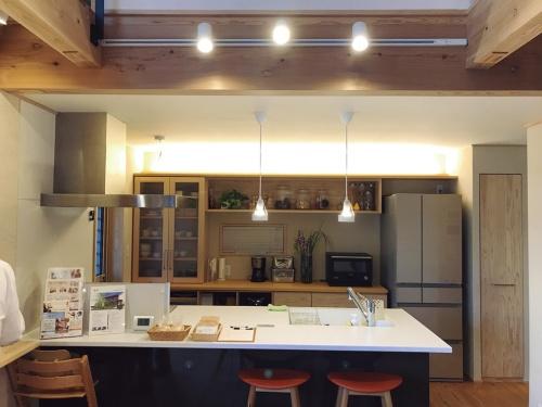 1階のリビング・ダイニングでは、照明や電動シャッターがIoTに対応(写真:日経 xTECH)