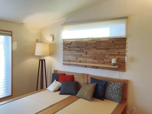2階の寝室では、スタンド照明や電動シャッターがIoTに対応する(写真:日経 xTECH)