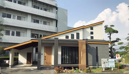 「健康寿命延伸住宅」のモデルハウスは、関連会社の筑紫南ヶ丘病院や介護付き老人ホームのメディカルケア南ヶ丘が立つ一角にある(写真:日経 xTECH)