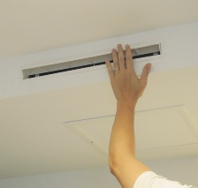 吹き出し口にあるルーバーの方向を変えて冷気・暖気の方向を調整すれば、室内に満遍なく快適な空気を循環させることができる