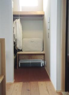 2階の納戸に設置した壁掛けエアコン。エアコン下部を床に埋め込むように設置し、冷気・暖気を階間に吹き込む