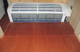 維持管理を考えてエアコンカバーは外して設置。フィルターに掃除機を直接掛けられる