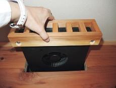 直流の省電力小型ファン。30~120m<sup>3</sup>/hの能力を持ち「ブースターファン」と呼ばれる。多少運転音がするので位置を工夫する。冷房時は階間の冷気を2階居室に引き上げるのに使用。材料費はファン5台とコントローラー2台で8万円程度