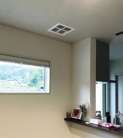 居室の天井に設けた吹き出し口。室温と5℃以内の温度差に調整した空気を、ここから吹き出す