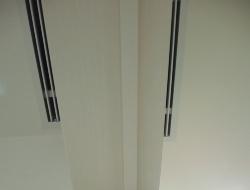 ドアを挟んだ居室側と廊下側の天井に設けたスリット。居室の空気を廊下に送る経路だ