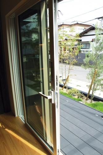〔写真1〕大開口の掃き出し窓にもトリプルガラス