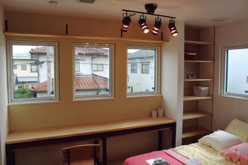 〔写真3〕2階の縦すべり出し窓にも採用