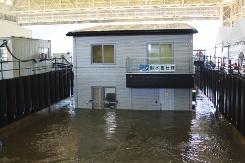 同社と防災科学技術研究所が、19年10月2日に実施したゲリラ豪雨による洪水被害の実大実験。最大で毎時300mmの豪雨を発生させ、地盤面から1.3mの高さまで貯水槽に注水した。その結果、同社の耐水害仕様住宅では、床上浸水、床下浸水のいずれの被害もなかった(写真:日経ホームビルダー)