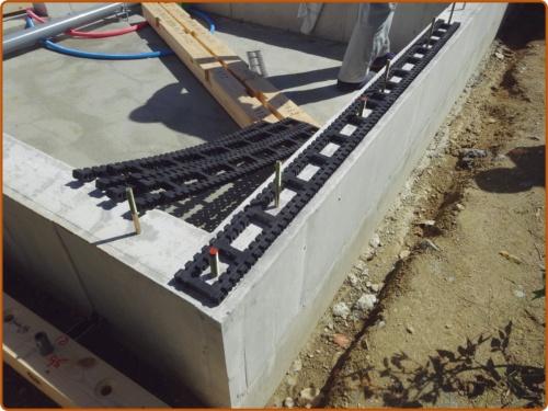 〔写真1〕土台と基礎の間にキソパッキンロングを挿入