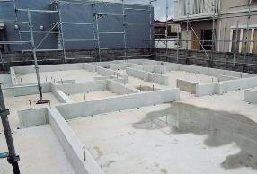 床下にたまる水を1カ所から排水しやすくするために人通口の立ち上がりをなくした基礎(資料:田島工務店)