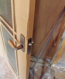 ぬれて膨らみ、開閉に支障が生じた繊維板製の建具(写真:日経ホームビルダー)