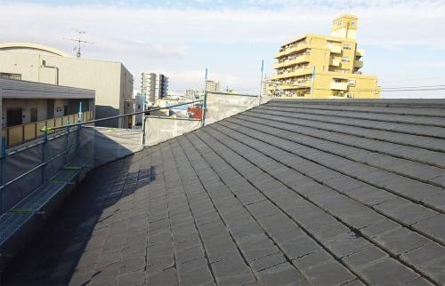 〔写真2〕屋根にはセメント瓦を使用