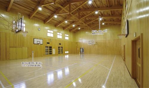 〔写真1〕6組のトラスが特徴的な体育館