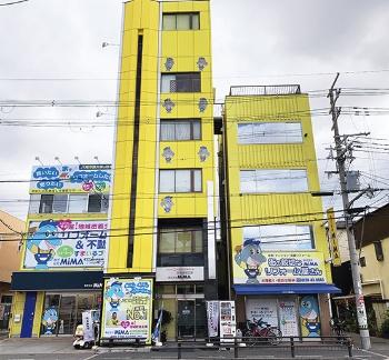 同社の社屋はイメージカラーの黄色に塗装されており、車中からでも目立つ。「地域の人なら誰でも知っている存在になりたい」との考えが反映されている(写真:渡辺 圭彦)