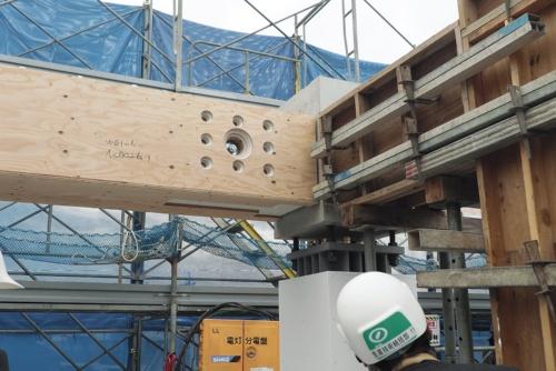 〔写真1〕木と鉄とコンクリートが入り混じる