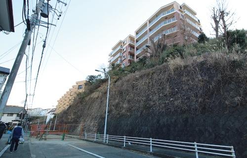 〔写真2〕斜面は途中まで石積み擁壁で押さえてあった