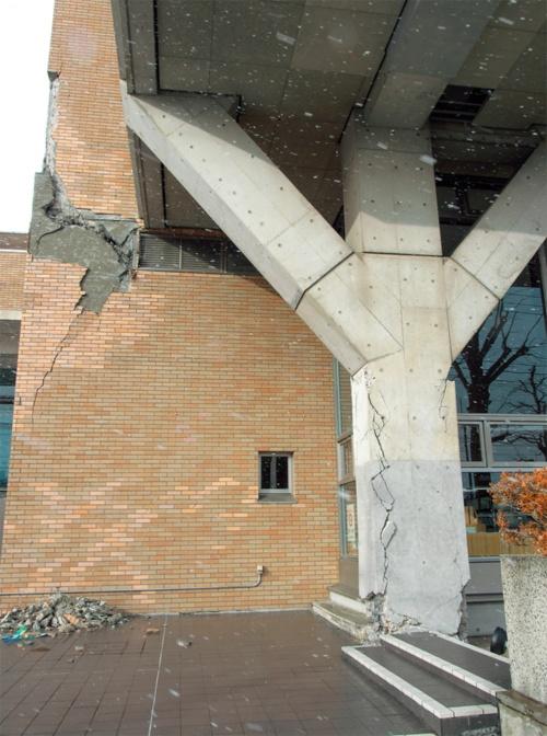 〔写真1〕壁と柱の鉄筋が露出