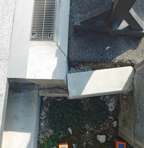 〔写真2〕外構のコンクリートが損傷