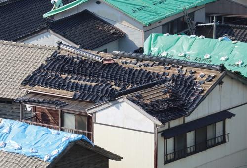 〔写真1〕屋根瓦の落下被害が多発