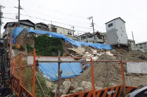 〔写真2〕南側の住宅のみ崩落を免れた
