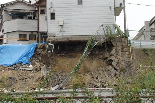 〔写真3〕擁壁は上部から崩れたとみられる