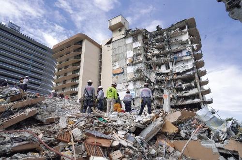 〔写真1〕未明の崩落で死傷者多数