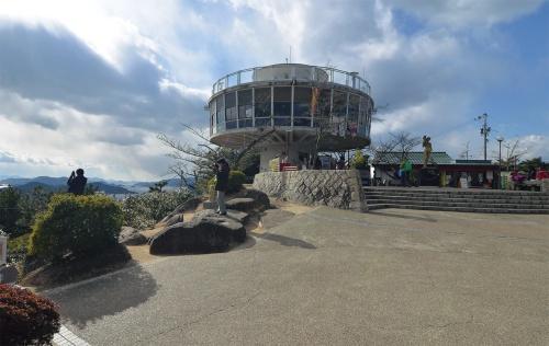 千光寺公園内に立っていた展望台。2018年撮影。新展望台の建設に伴い、21年2月に解体された(写真:日経アーキテクチュア)