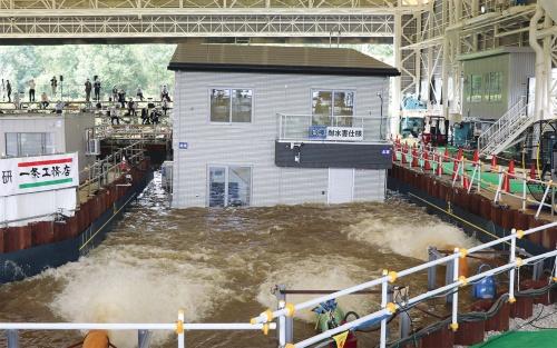 〔写真1〕洪水が発生しても浮き上がって浸水・流出を防ぐ