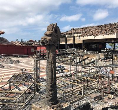 正面の龍柱は残った(写真:沖縄県土木建築部、沖縄美ら島財団)