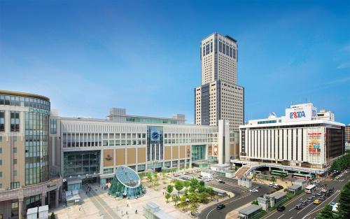 写真はJRタワーの外観(写真:2点とも札幌駅総合開発)