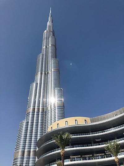 世界で最も高い、高さ約828mの「ブルジュ・ハリファ」。空調設備には日立プラントテクノロジー(現、日立製作所)も参加。工事費は15億ドル(約1400億円)に上った(写真:読者提供)