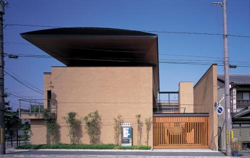 1998年3月開館の「細見美術館」の外観。大江氏は設計した建物を作品でなくプロジェクトと呼んだ(写真:名執 一雄)