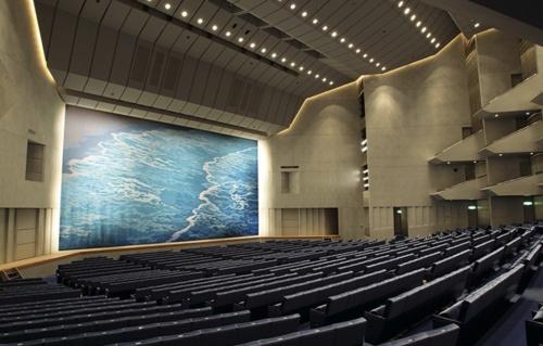メインホールの内観。メインホール照明の改修設計を巡って、県と内藤建築事務所が対立している(写真:愛媛県文化振興財団)