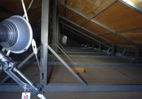 〔写真1〕小屋裏界壁の未施工が問題に