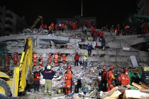 〔写真1〕倒壊した鉄筋コンクリート造の中層ビル