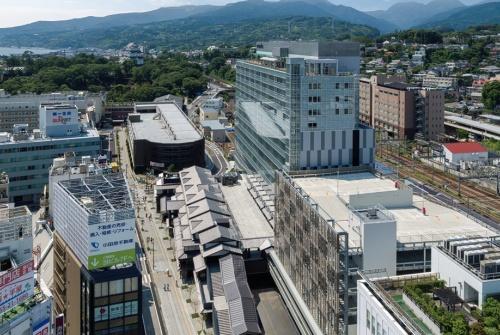 鳥瞰。低層棟とタワー棟の間、地上3階のデッキに広場を設けた。建物の高さは約54.6m(写真:沖 裕之)