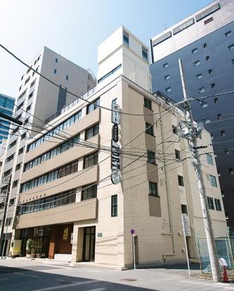 神田ポートビル外観。既存の入り口をふさいで、大きく開放できる引き戸などを新設した(写真:安田不動産)