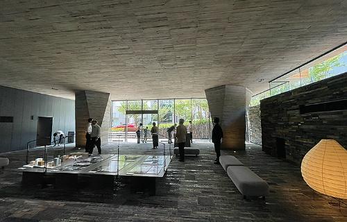 1階ピロティ内観(写真:日経アーキテクチュア)