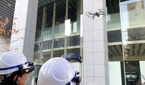 〔写真1〕ドローンと5G通信を使った外壁点検作業の様子
