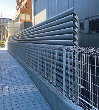 「からくさホテルグランデ新大阪タワー」におけるしずかルーバーの使用例。写真は外側の面