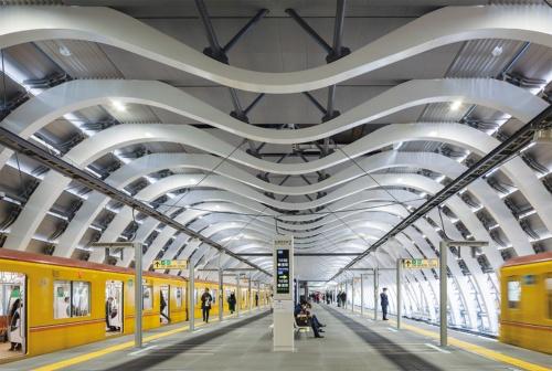 2.5m間隔で並ぶ45本のM形アーチが支える無柱空間。プラットホームの幅は最大12m。銀座線渋谷駅の1日の乗降客数は約22万5000人(2018年度)(写真:吉田 誠)