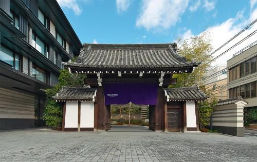 〔写真2〕由緒ある門が表玄関を飾る