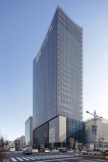 八重洲通りから見る建物の北側外観。建物頂部のデザインは、「グローバル(地球・世界)」をモチーフとして半径約63mの球体で切り抜いたような形とした(写真:安川 千秋)