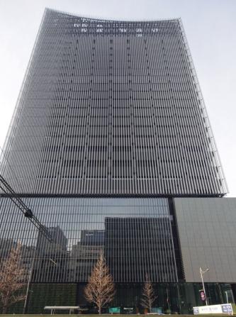 北東側外観を八重洲通りから見上げる。米国の国際非営利団体「高層ビル・都市居住評議会(CTBUH)」は、世界にある高さ100~199mの優れた超高層ビルの分野で、ミュージアムタワー京橋を2020 Award of Excellenceに選定した(写真:安川 千秋)