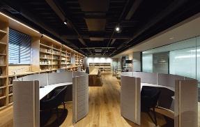 〔写真8〕ライブラリーは木質空間