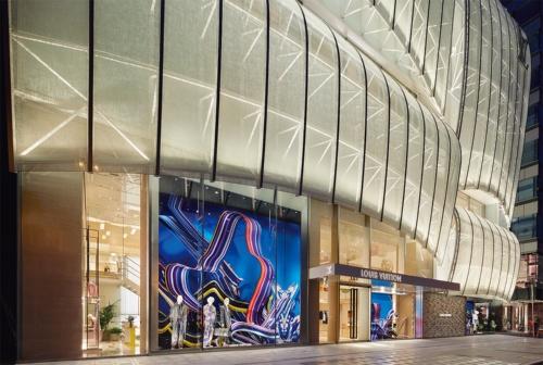 ルイ・ヴィトンの新店舗「ルイ・ヴィトン メゾン 大阪御堂筋」。高級ブランドの路面店が軒を連ねる心斎橋に立つ。1階ショーウインドーのディスプレーは写真家、Kenta Cobayashiの作品。大阪が放つ色彩のパワーを波のように表現した(写真:© Louis Vuitton / Stéphane Muratet)