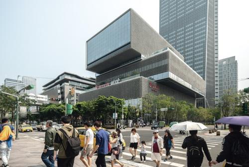 敷地西側の「台北101」の前から商業棟を見る。高さは隣接する商業施設に合わせて56.2mとした。商業棟には、台湾の大手デベロッパーである長僑投資開發による「Breeze南山」が入る。キーテナントの「atre」は、日本のアトレと三井物産、アトレインターナショナルが店舗開発した(写真:李 建儒)