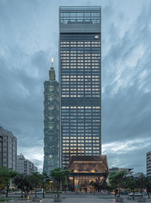 敷地東側から見た夕景。高層棟は低層部、中層部、高層部にトラス階を設けている。高層部のトラス設置階にTMD(チューンド・マス・ダンパー)を2基設置し、強風や地震時に揺れを抑える(写真:鈴木 久雄)