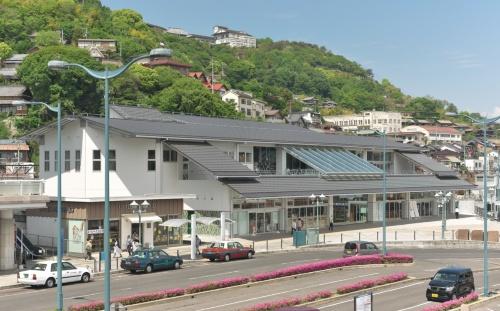 〔写真3〕山の稜線と調和する屋根勾配